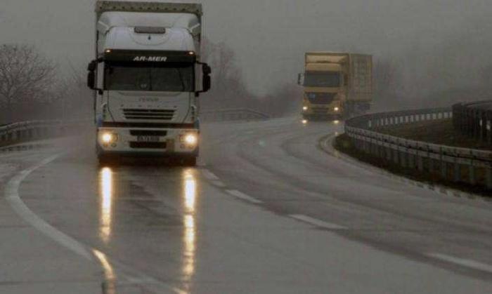 Сообраќајот на државните патишта се одвива по наместа влажни коловози