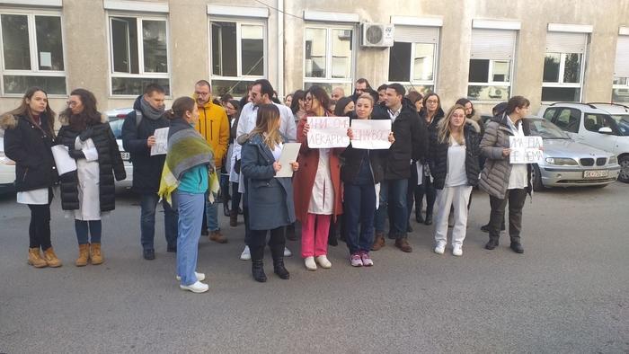 Писмен договор за плата, не да зависат од волјата на политичарите: Протестираа приватните специјализанти