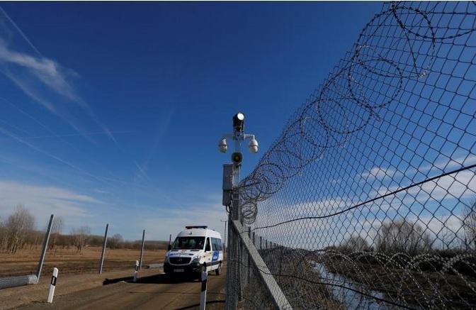 Унгарската полиција објави снимки како мигранти илегално ја преминуваат границата