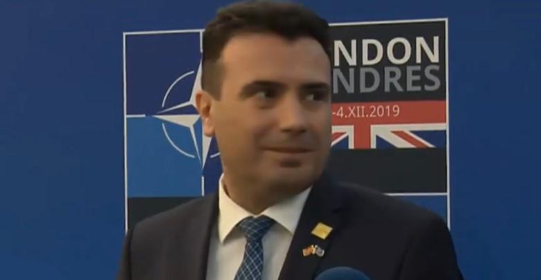 Тања коленичеше пред него, премиерот во заминување поцрвене