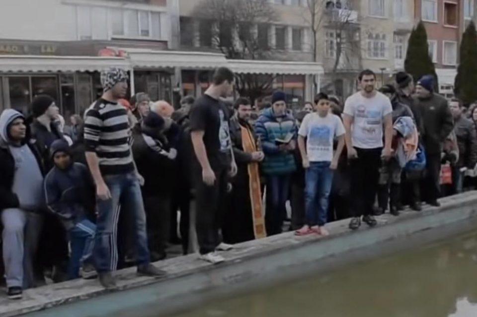 Попот го фрли крстот во плиткиот базен, Бугарите се степаа кој да го фати