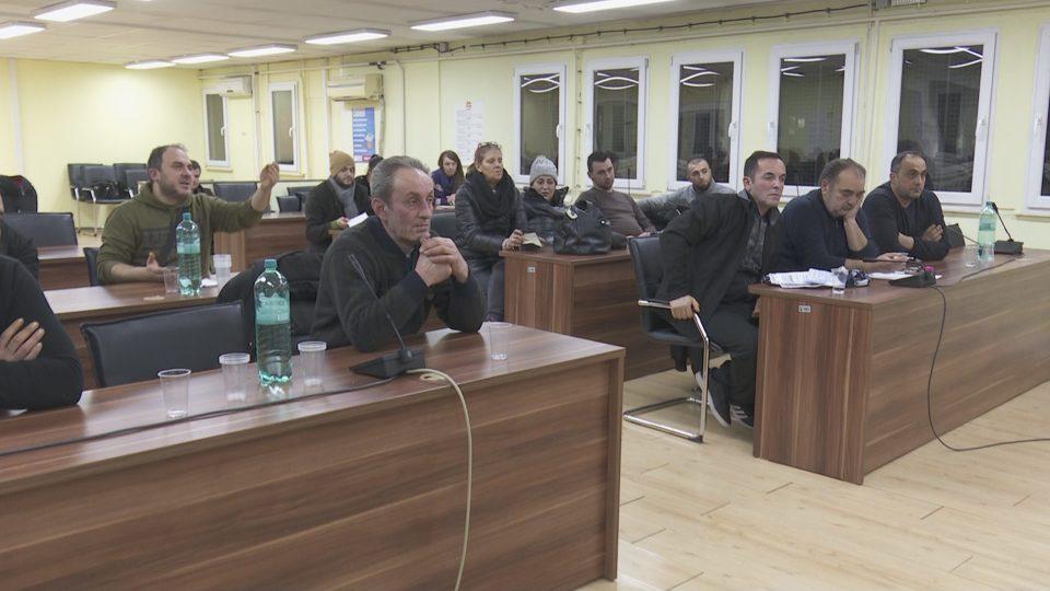 Пазарџиите со свирежи го дочекаа Богдановиќ зашто доцеше – средба имаше, но договор не