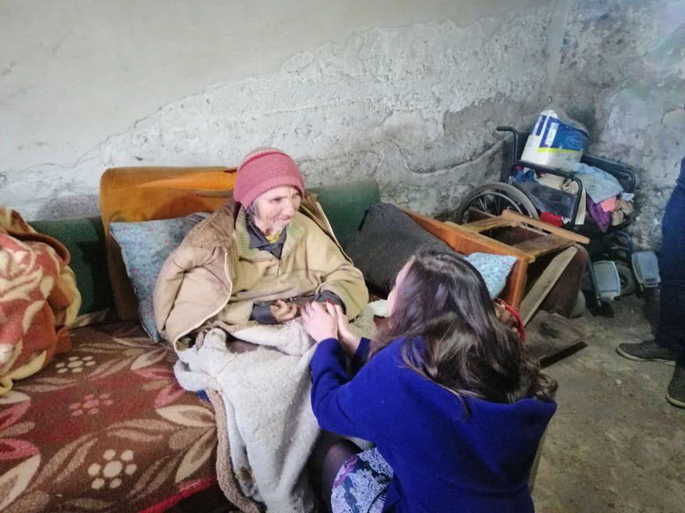 Министерката Мизрахи во посета на мајката и синот од Велес кои живеат во ужасни услови