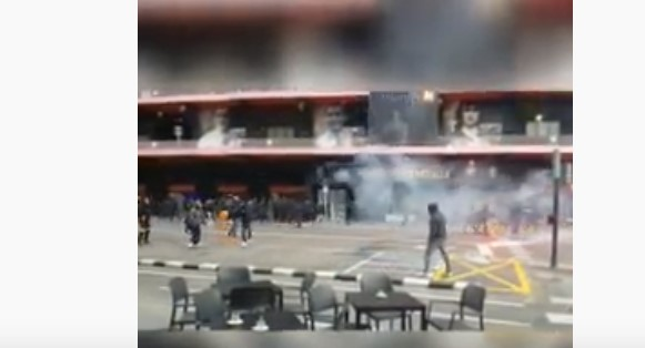 Летаа шипки и димни бомби: Жестока тепачка на фановите на Барса и Валенсија