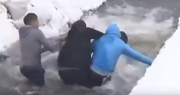 Бугари се степаа за крстот среде замрзната вода