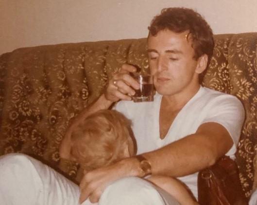 Објавена досега непозната фотографија од Аркан со синовите по повод годишнината од неговата смрт