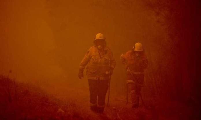 Два шумски пожара се споија и формираа еден уште поголем, тешка ноќ за пожарникарите во Австралија