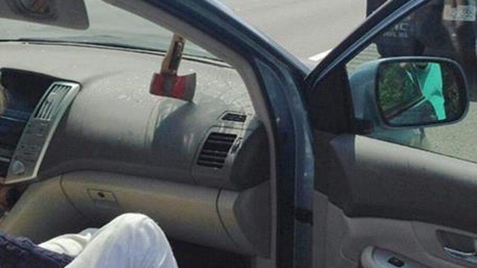 Прилепчанец со секира кршел автомобил и предизвикал судар и тепачка