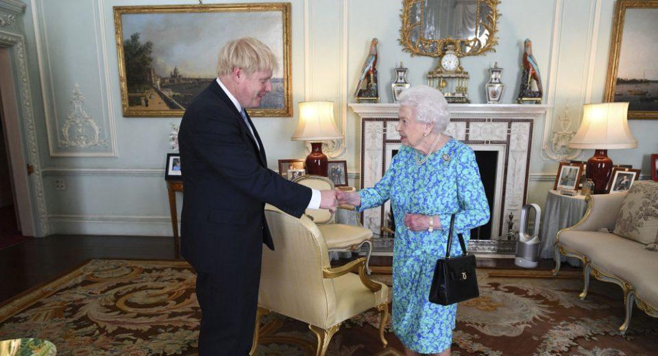 Готово е: Џонсон го потпиша Договорот за излегување на Британија од ЕУ