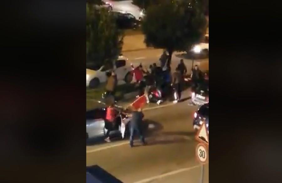 Подгорица: Десетина црногорци тепаат момче, кренал три прсти