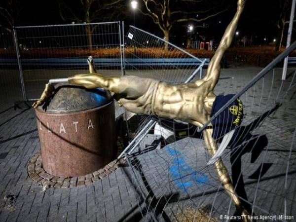 Статуата на Ибрахимовиќ во Малме завиткана во црна маица и натпис: Отстранете ја!
