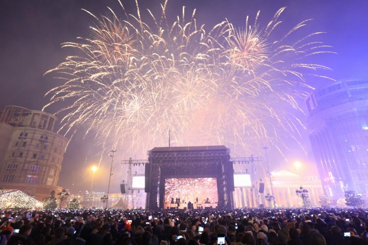 Над 60 илјади луѓе на скопскиот плоштад ја дочекаа Новата година со Дино Мерлин