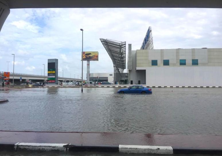 Дубаи како Венеција, поради поплави откажани летовите од еден од најпрометните аеродроми во светот