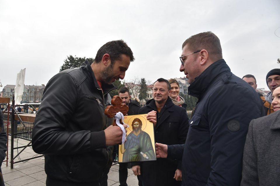 """Бог се јави!"": Мицкоски од Струга прати пораки за промени и обнова"