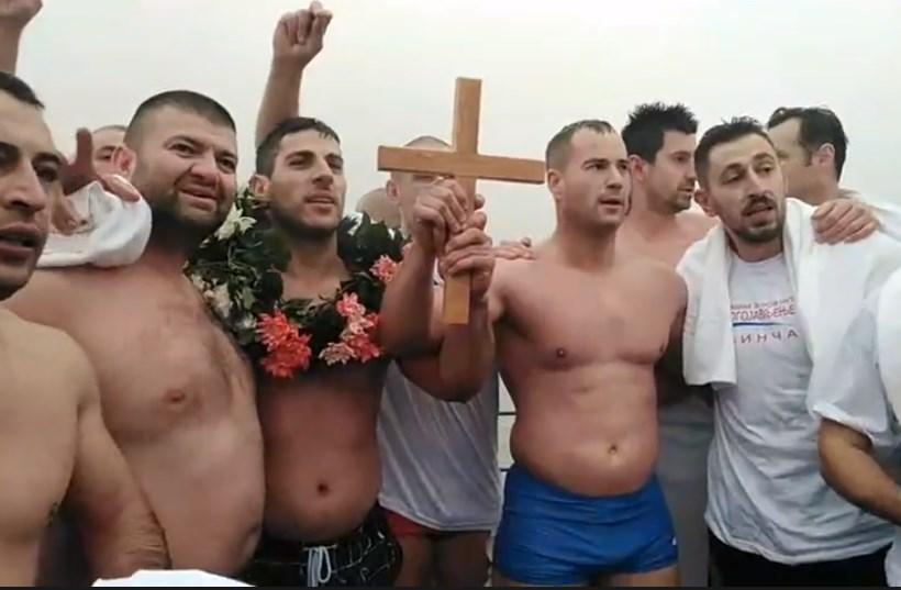Каков гест: Пливачите го пуштија Милан прв да стигне до крстот за да може да го направи ова