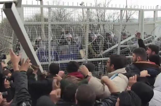 Стампедо мигранти ја проби оградата, истрелани неколку куршуми во воздух