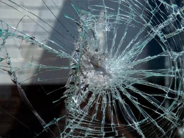 Заради скршено огледало ја тепал и навредувал: Детали за нападот врз малолетната потстанарка