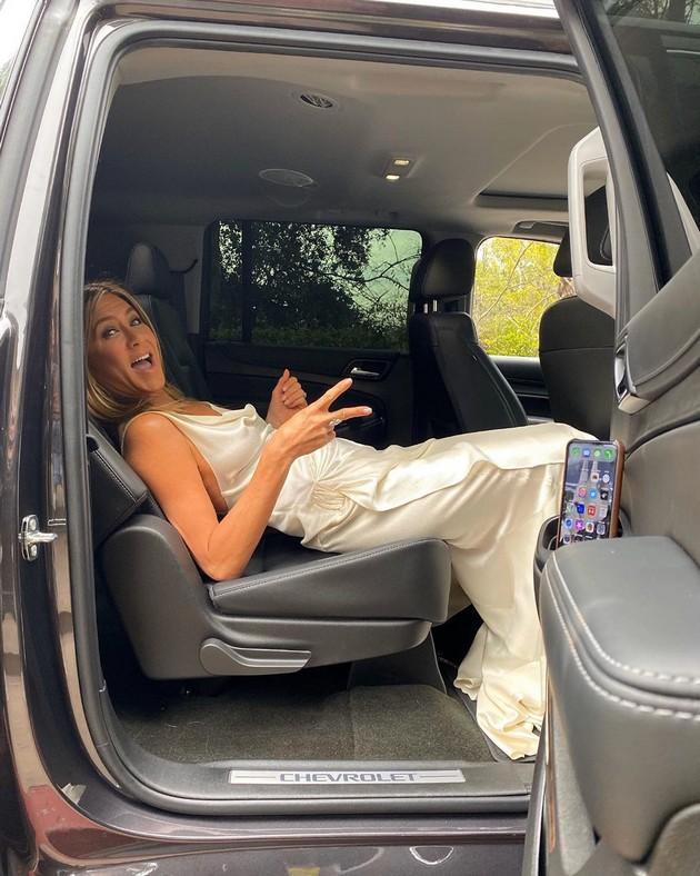 Без набори… потешко отколку што изгледа: Како успеа Џенифер Анистон да не го истутка фустанот