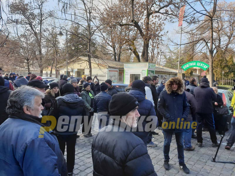 Пазарџиите му дојдоа пред двор на Богдановиќ, протестираат за скапиот паркинг