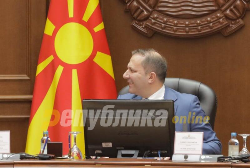 Чулев го повика Спасовски на владина седница да се реши проблемот со пасошите