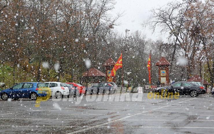 Облачно со засилен северен ветер и повремени врнежи од снег