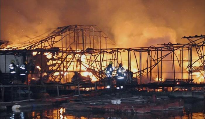 Граѓаните во Белград сведоци на голем пожар: Изгореа два сплава на реката Сава