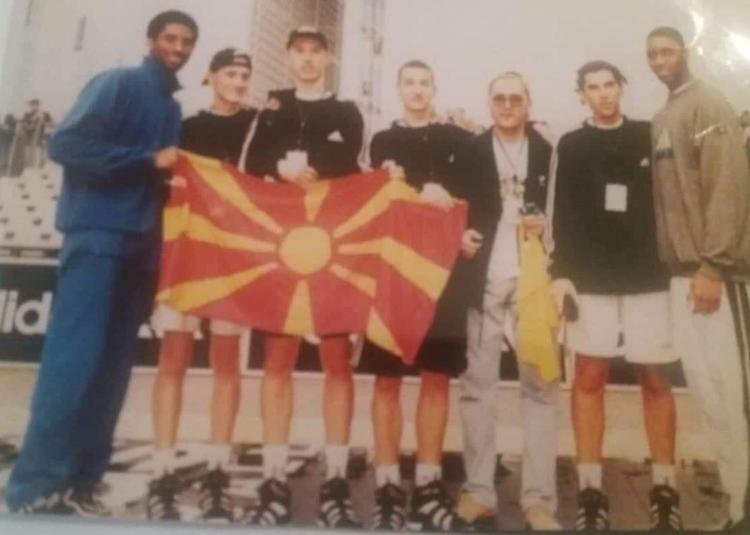 Брајант со македонското знаме во 1998 година