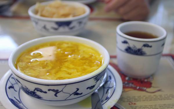 Пилешка супа или чај – кој е вистинскиот лек за настинка?