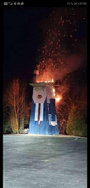 Во Словенија запалена дрвена скулптура на Доналд Трамп
