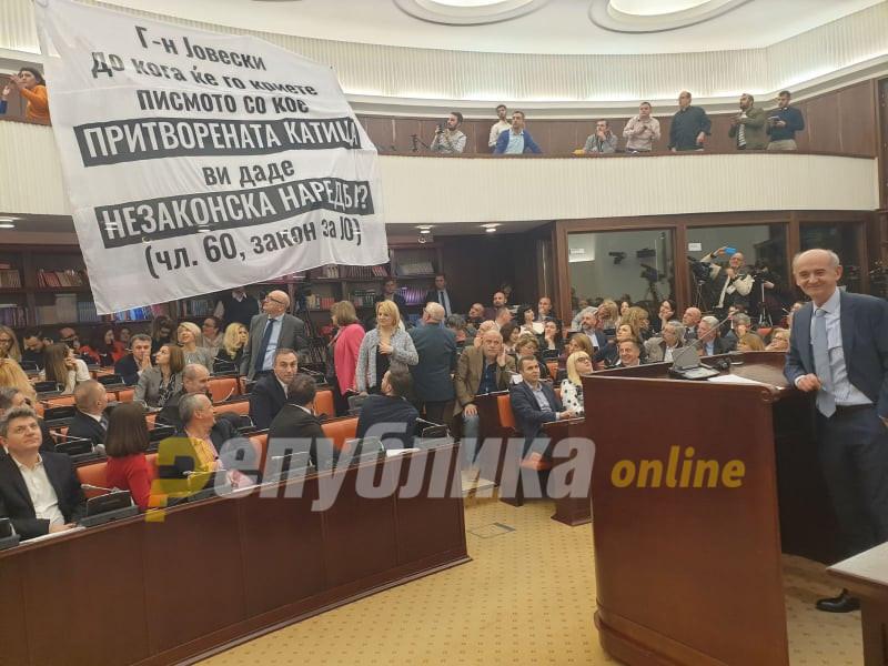 Јовески пречекан со транспарент, Кирацовски ги отстрани пратениците