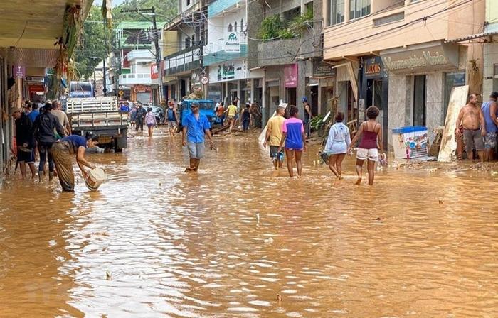 Во поплавите во Бразил загинаа најмалку 50 лица
