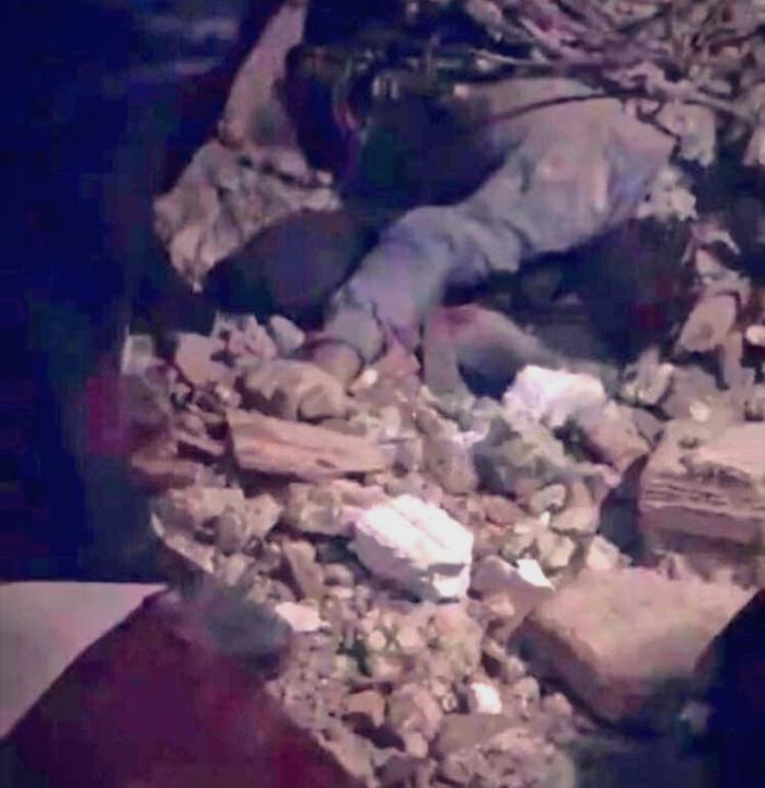 Трогателни снимки од Турција: Татко се наместил како потпора за да ги заштити децата од земјотресот