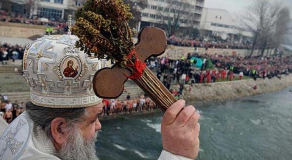 Засега нема жена: Четириесет и пет луѓе пријавени за фаќање на крстот во Вардар во Скопје