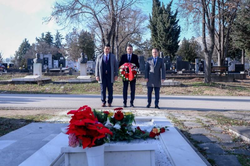 Владина делегација положи цвеќе на гробот на Киро Глигоров
