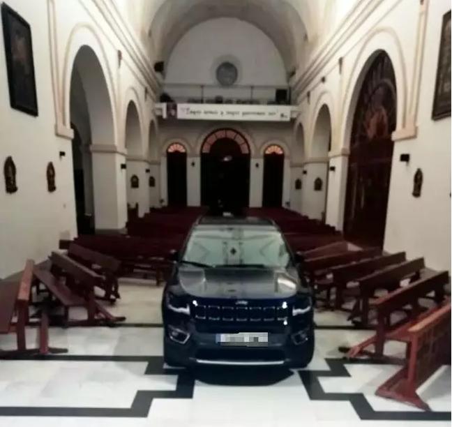 Возач влезе со автомобил во црква