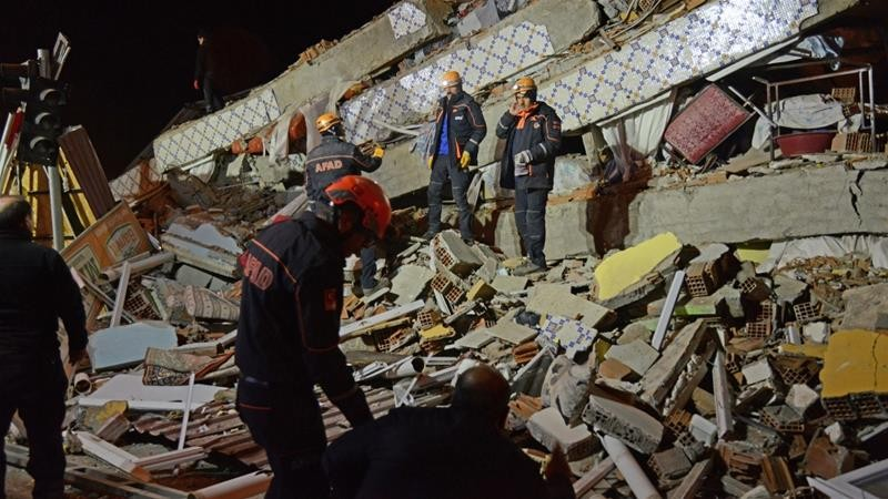 Спасувачите трагаат по 30 лица заробени во урнатините по страшниот земјотрес во Турција