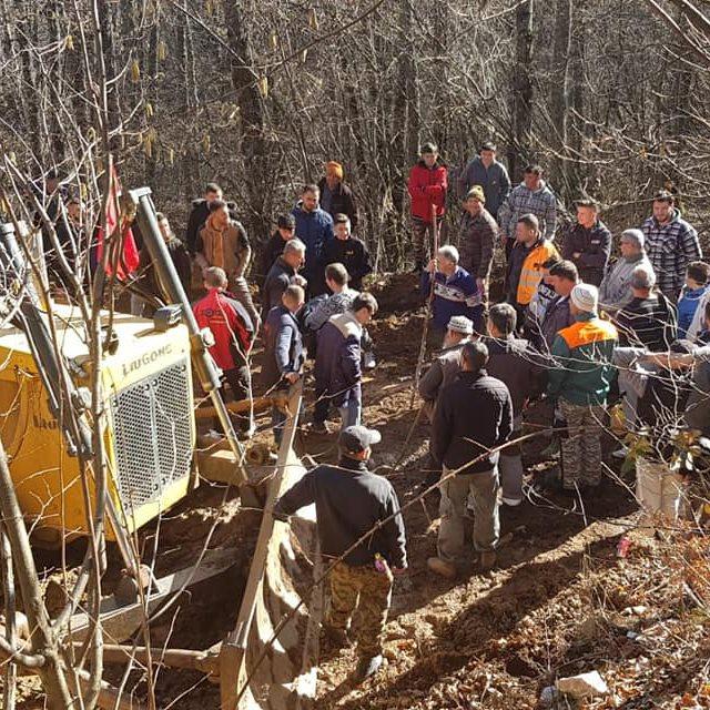 Градежна механизација пробива пат низ шумата во Јабланица, мештаните на протест