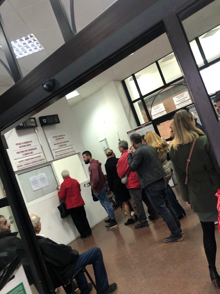 Нема пасоши, нема лични карти, чекаш со часови за извод од матичната книга на родени…ова е хаос, велат граѓаните