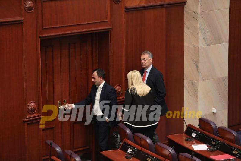 Десковска не сака да зборува пред пратениците, ама напиша на Фејсбук: Очигледна е намерата да се опструира носењето на Законот за ЈО