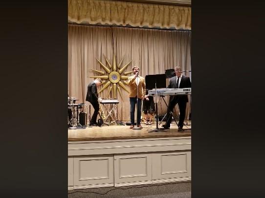 """Дурловски ја изведе македонската химна на """"Гоцева вечер"""" во Торонто"""