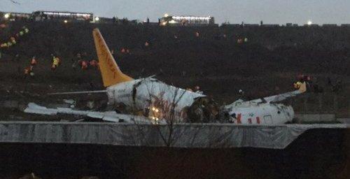 Авион се расцепи на пола откако излета од писта во Истанбул