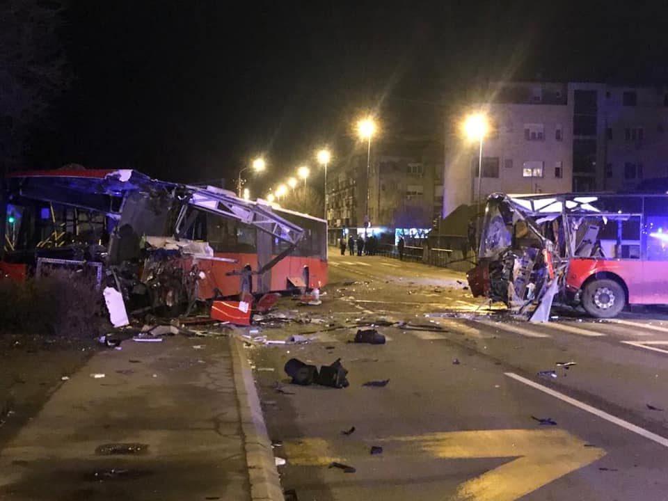 Здробени два градски автобуси: Возач кој претркувал предизвикал судир и пробал да избега