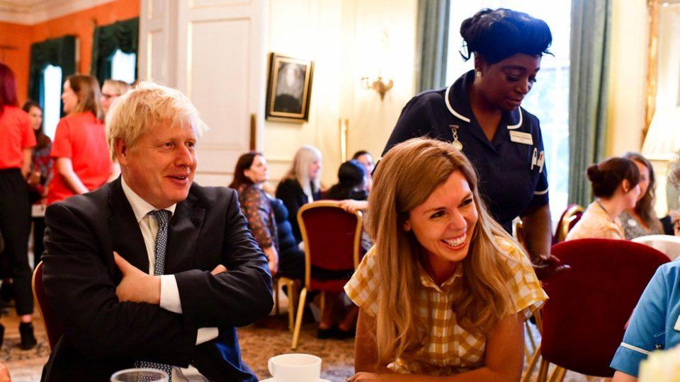 Во брак со една, живееше со друга: Британскиот премиер и официјално се разведе