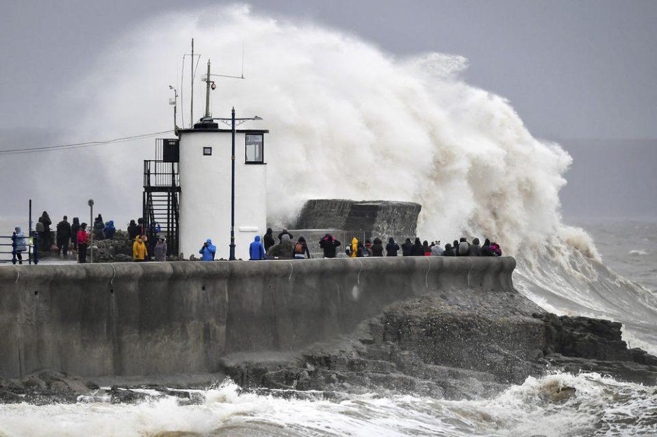 Авион се бори да слета, невидени бранови од 10 метри удираат во брегот: Пристигна Денис