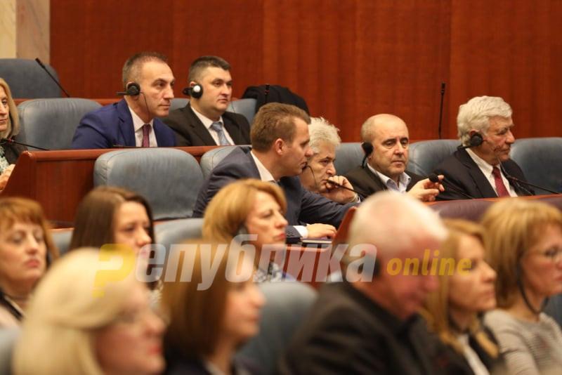 Бектеши контра Заев: ДУИ е за намалување на платата за функционерите, но против за администрацијата