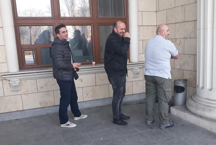 """Обвинетите од """"Монструм"""" насмеани си правеа селфи со Заев во позадина"""