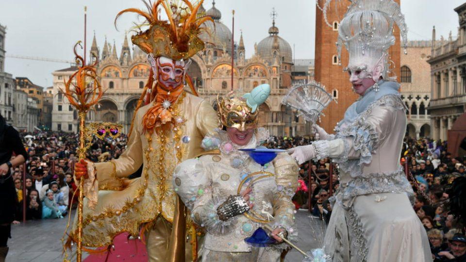 Коронавирусот ги откажа последните два дена од Венецијанскиот карневал