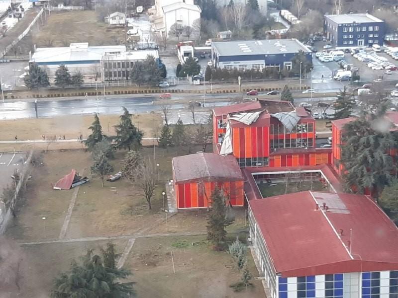 Шилегов се занимава со наводни спинови на медиуми додека летаат покриви од училиштата