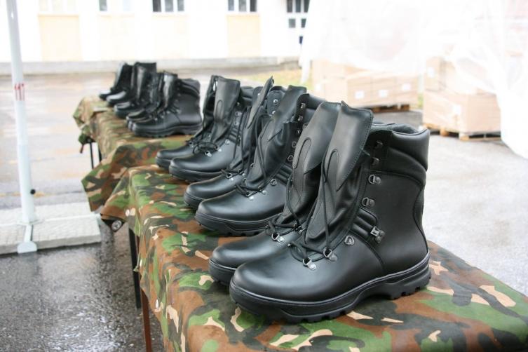 Спасовски забошувал и околу набавката на 3.000 неквалитетни чизми