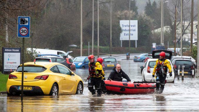 Во три округа од Англија издадени серија предупредувања за голема опасност од поплави